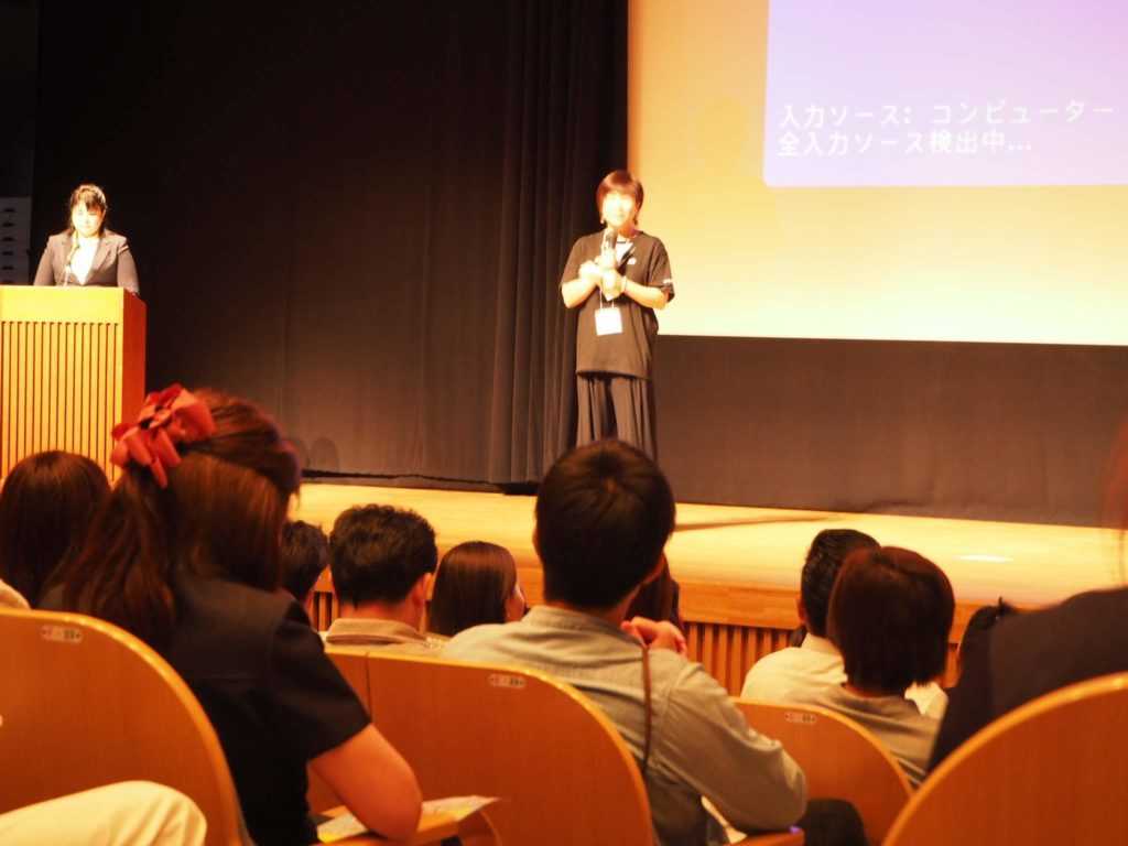 夢の舞台に立ち、講演している